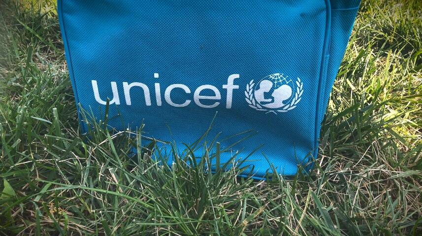 """联合国纽约总部草坪上,竖起了3758个蓝色的""""墓碑""""……"""