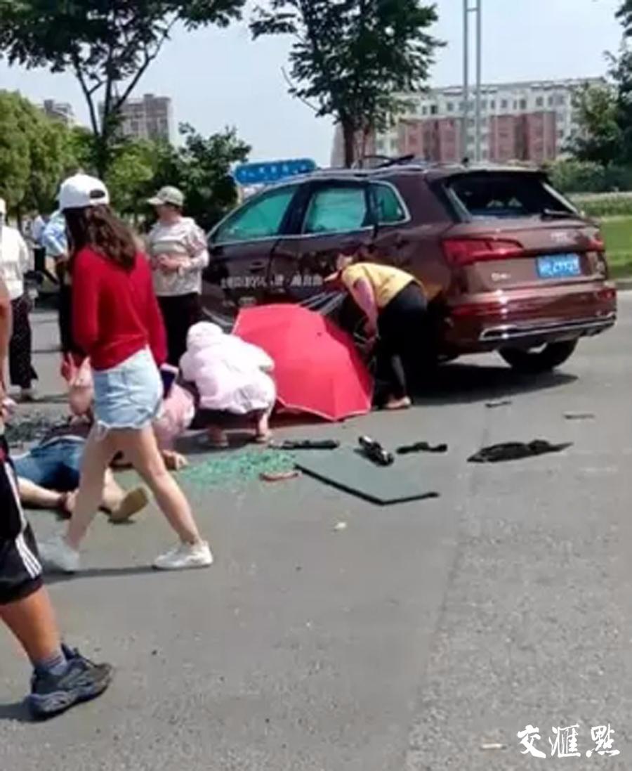 奥迪试驾车与运送花圈的三轮车发生碰撞 两人死亡两人受伤