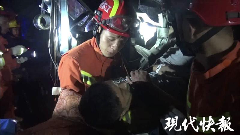 """""""说好了要一起忍的!""""这个消防员和伤者的约定太暖了"""